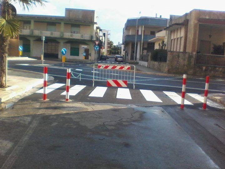 """Assurdo a Qualiano, chiudono strada pubblica con dei cancelli: """"E' nostra"""""""
