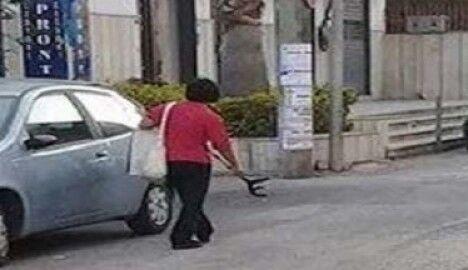 Terrore in centro, donna con disturbi psichici prende a stampellate i passanti