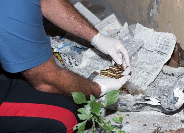 Carabinieri scoprono 100 cartucce per kalashnikov nascoste in un condominio