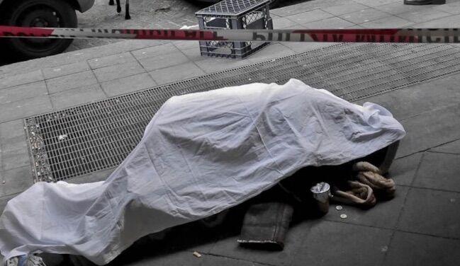 Dramma in via Toledo, uomo muore in strada tra la gente