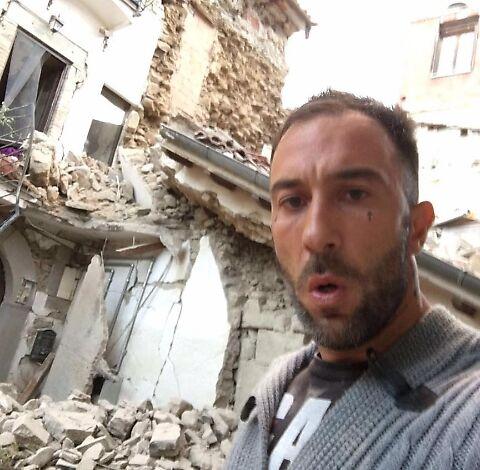 Va nel luogo del terremoto e si scatta un selfie. Indignazione sul web