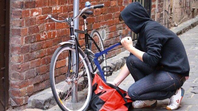Tenta di rubare la bici a una donna, fermato da mendicante extracomunitario