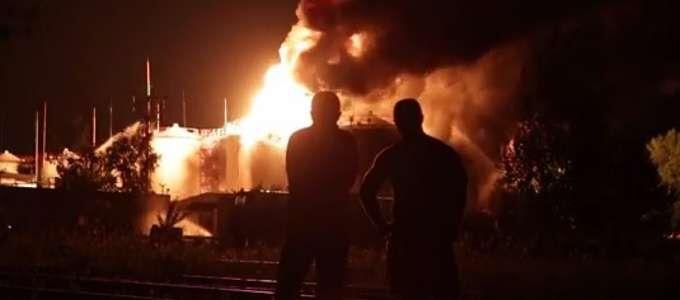 Terrore sul doppio senso, in fiamme deposito di gas