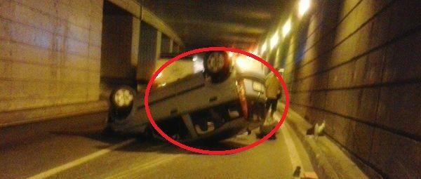 Spaventoso scontro tra auto nel sottopasso, muore un uomo