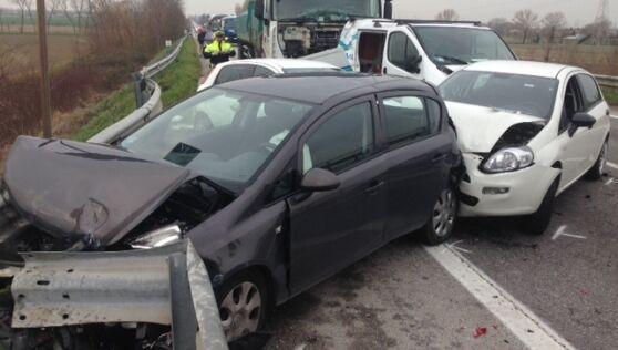 Maxi-incidente sulla strada del mare, grave bimbo di Calvizzano. Male anche la mamma