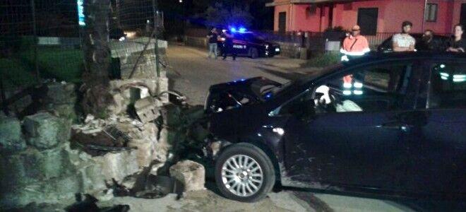 Incidente nella notte, auto contro muro: 5 giovani feriti. A bordo 6 grammi di droga