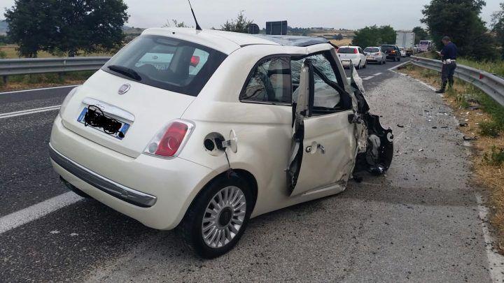 Tragico scontro tra auto e camion, muore un uomo. Inutile la corsa in ospedale