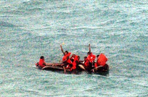 Si ribalta gommone sul litorale, 5 bagnanti in pericolo di vita