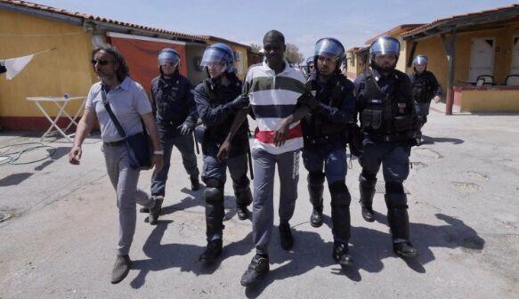 Migranti, tensioni nella notte tra Licola e Varcaturo: feriti carabiniere e poliziotto