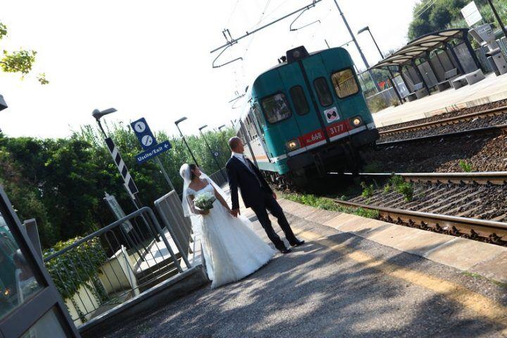Coppia di sposi va in stazione per il viaggio di nozze ma succede questo