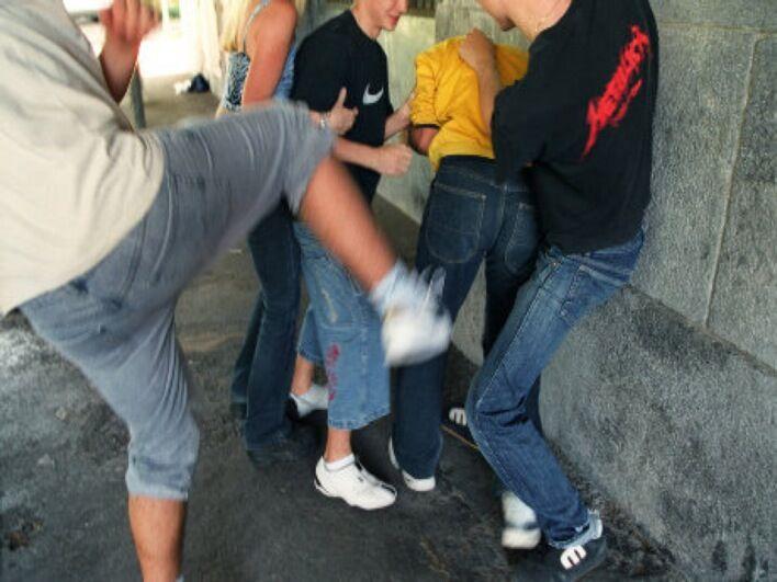 Difende le amiche dai molestatori e viene picchiato selvaggiamente