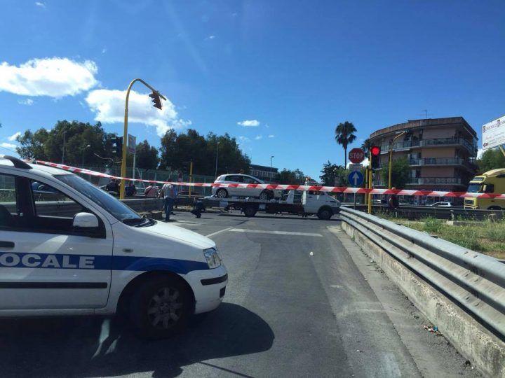 Terribile incidente sul doppio senso, tre auto coinvolte. Strada chiusa