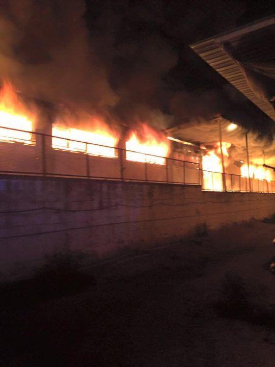 Maxi incendio in una fabbrica di Melito, enorme nube tossica sull'area nord
