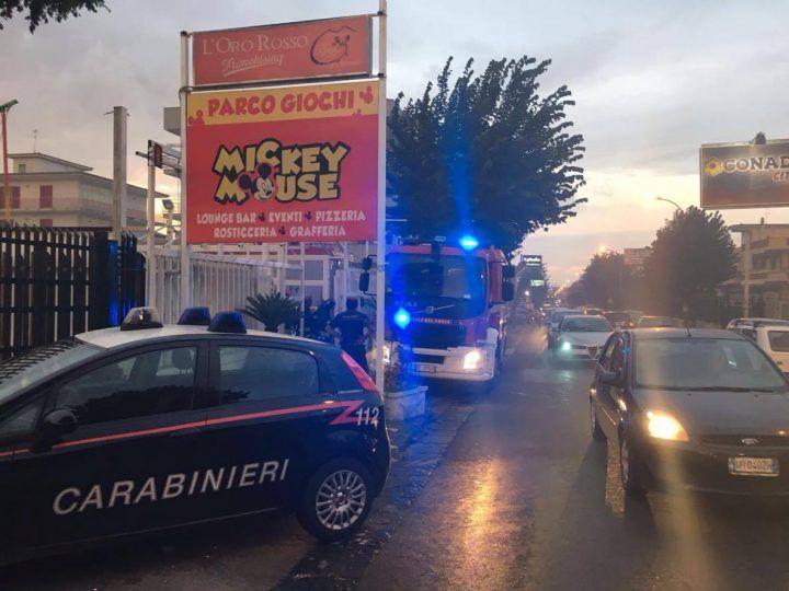 Paura a Mugnano, incendio in un parco giochi. Pompieri sul posto