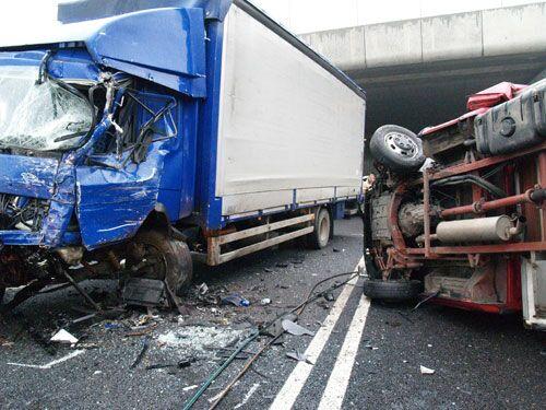 Incidente sulla statale tra auto e camion. Due feriti gravi