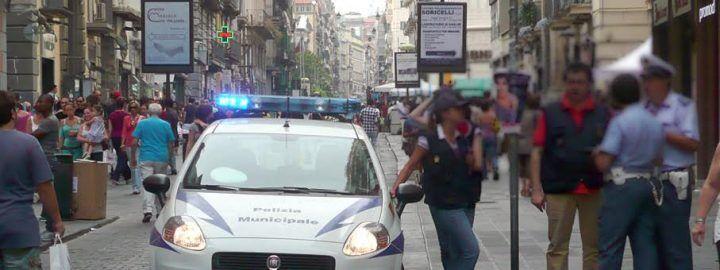 Turista tedesca ruba a Napoli, poi picchia le vigilesse con l'asta dei selfie