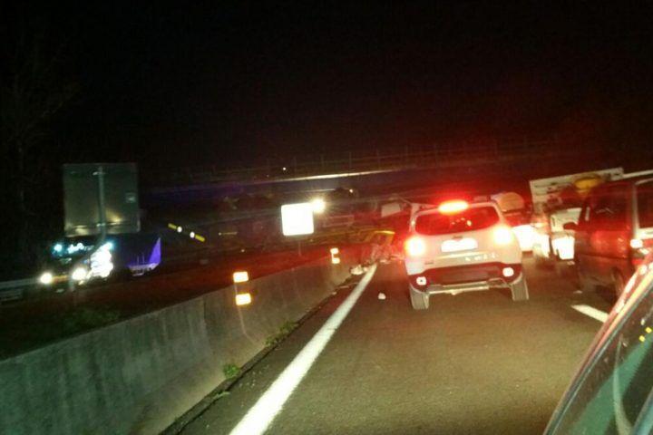 Spaventoso incidente sulla tangenziale di Napoli, tir invade corsia opposta