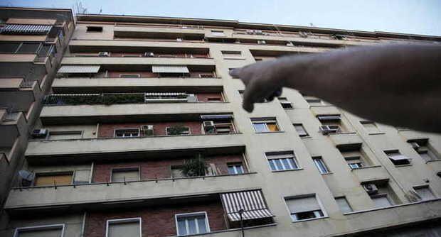Fuma affacciato fuori al balcone e precipita dal terzo piano