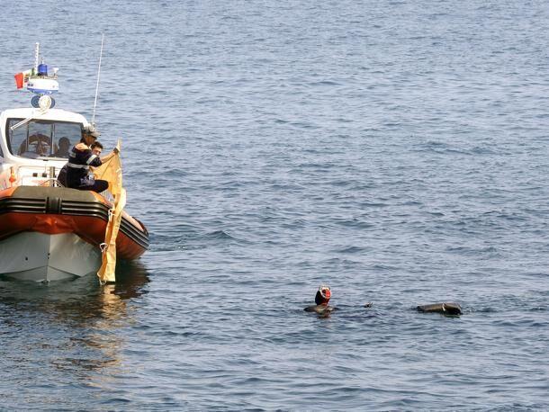 Esce per andare a pescare, ritrovato il cadavere in mare