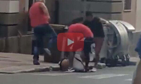 Choc in piazza, viene inseguito e pestato a sangue dal branco. VIDEO