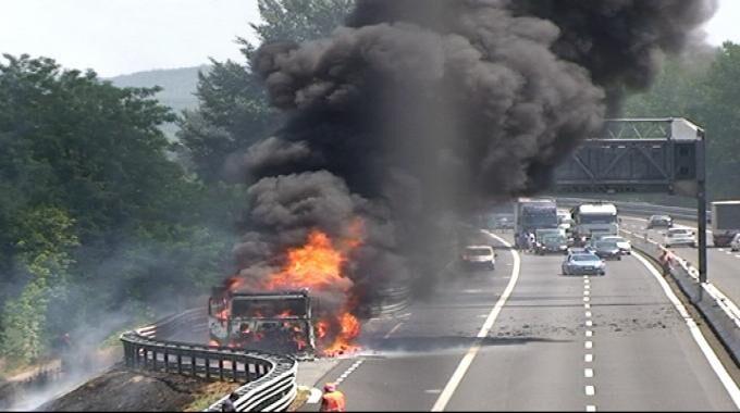Incidente sulla Napoli-Bari, camion prende fuoco: olio sull'autostrada