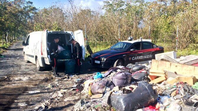 Qualiano, bruciavano rifiuti vicino ai campi: arrestato anche un giuglianese. I NOMI