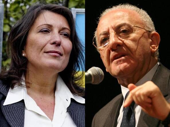 """Scontro M5S-De Luca: """"Sono mezze pippe"""", """"Picchiatore fascista mandato da Renzi"""""""
