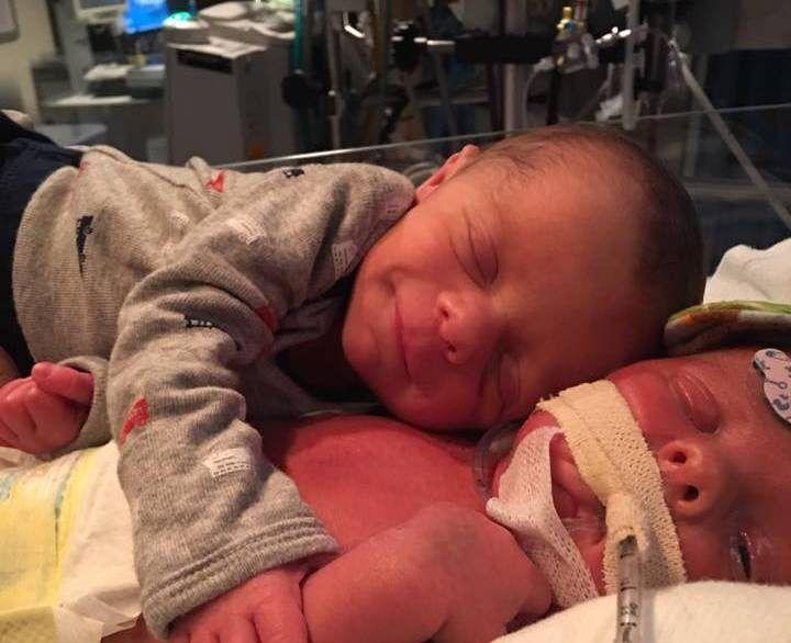 Il gemellino abbraccia l'altro che sta male: muore poco dopo