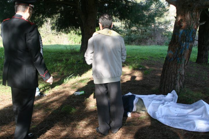 Cadavere impiccato nel parco dei Camaldoli. Il giallo e quel precedente