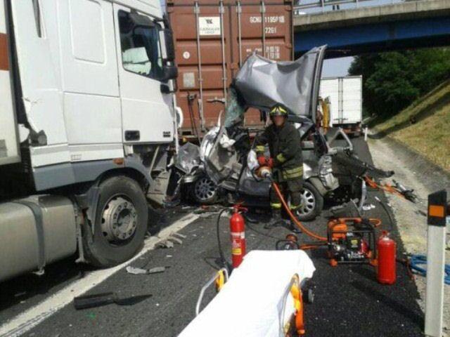 Tir investe auto e vola giù da viadotto sulla Palermo-Catania, un morto