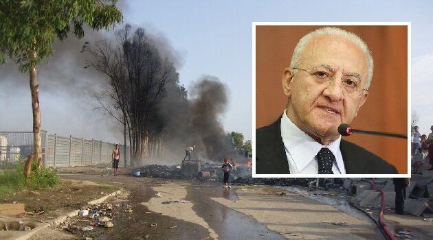 """Roghi tossici, il presidente De Luca: """"Sgombero i campi rom se non si adeguano alle regole"""""""