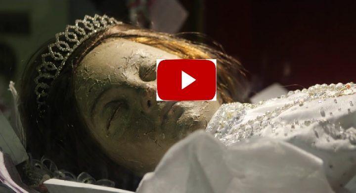 La santa bambina morta 300 anni fa apre gli occhi: choc nella Cattedrale