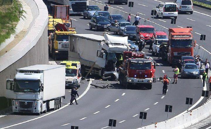 Spaventoso incidente sull'A1, un morto e un ferito. Lunghe code