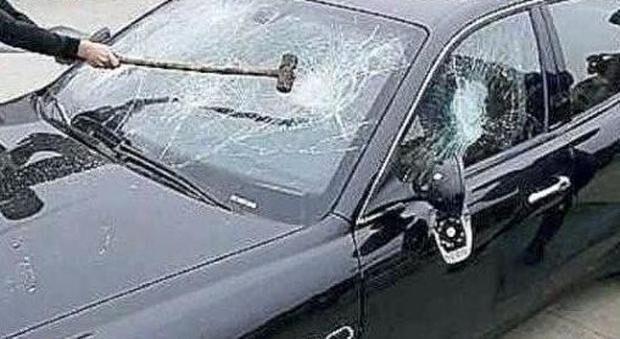 Mugnano, notte di follia: va sotto casa dell'ex e gli sfascia l'auto. I Carabinieri arrestano 50enne