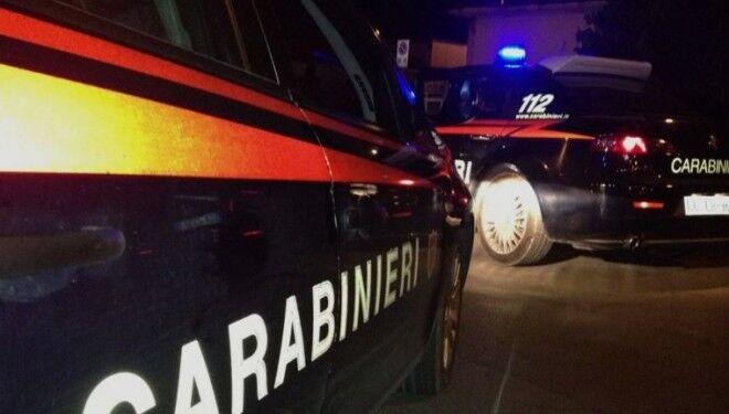 Terrore in strada, due uomini armati sparano contro un bar