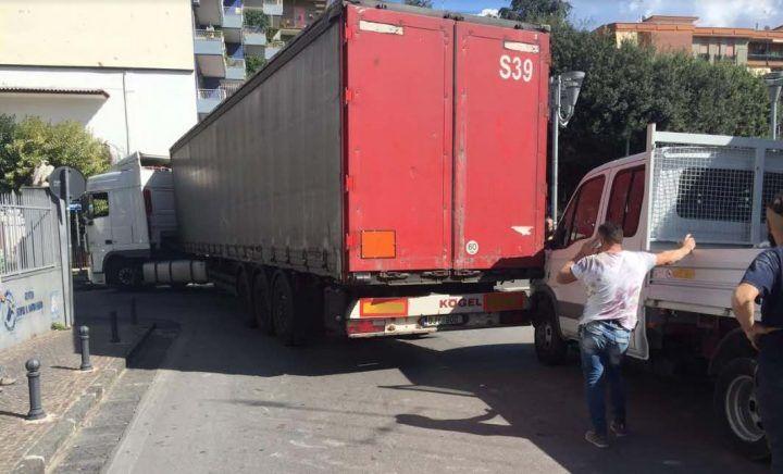 Giugliano, tir incastrato a via Roma: traffico in tilt e strada chiusa. Video