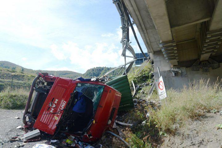 Tragedia in provincia, tir precipita da un dirupo. Morto il conducente