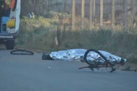 Sangue sull'asfalto, schiacciato in bici da un camion: morto un uomo