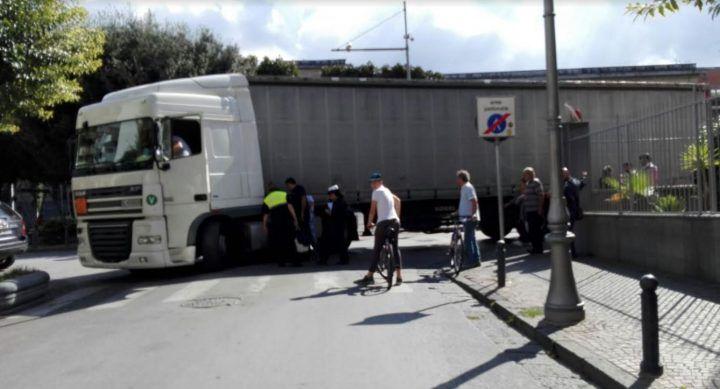 Giugliano, tir incastrato: ecco le strade chiuse al traffico