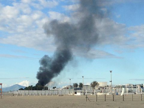 Varcaturo, incendio in un noto stabilimento balneare