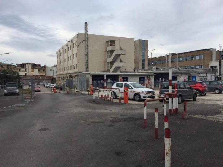 Atti vandalici e furti, allarme nel parcheggio dell'ospedale San Giuliano