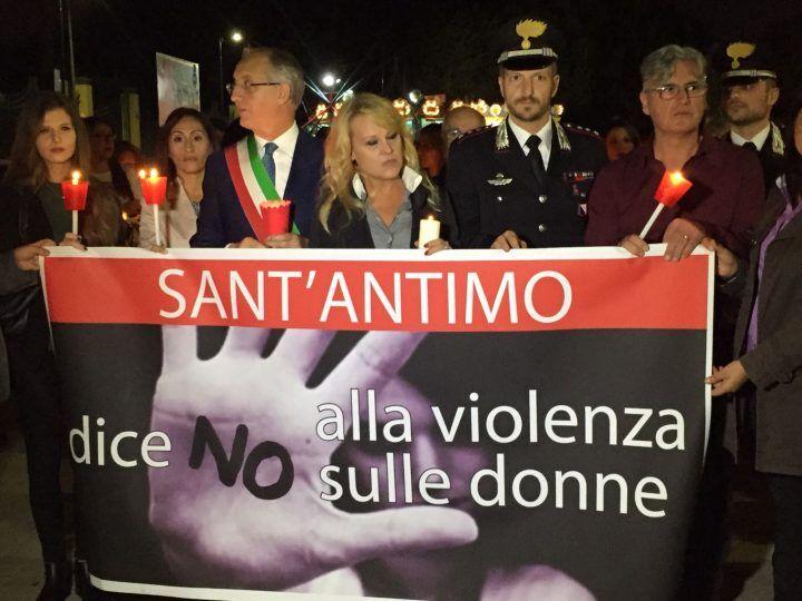 Sant'Antimo, fiaccolata in memoria di Stefania contro il femminicidio. FOTO