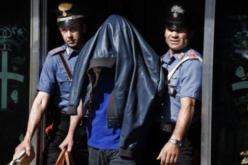 Rumori sospetti in una scuola, i carabinieri entrano e li arrestano entrambi