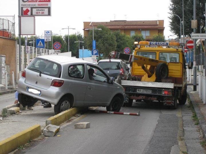 Giugliano, auto resta bloccata nello spartitraffico di via Basile