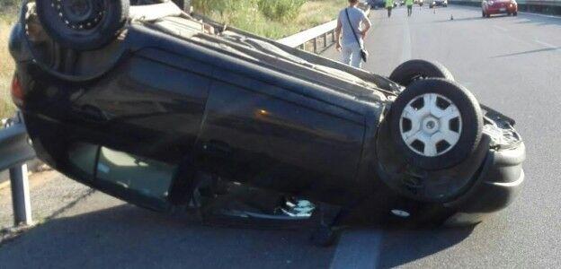 Spaventoso incidente sull'A1, auto si ribalta con una coppia a bordo