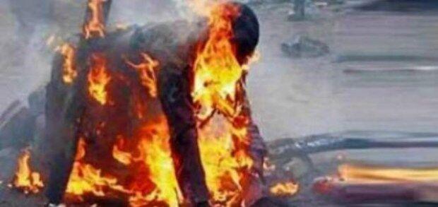 Anziano bruciato vivo da un gruppo di bulli, choc in città