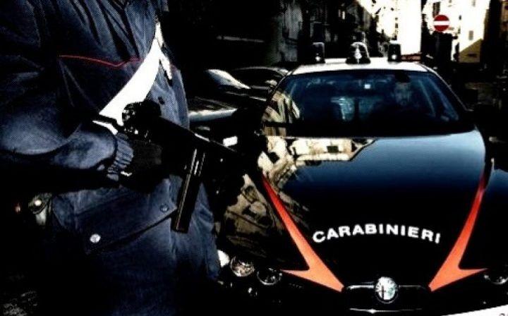 Follia a Napoli, carabiniere ferito da una donna con coltello