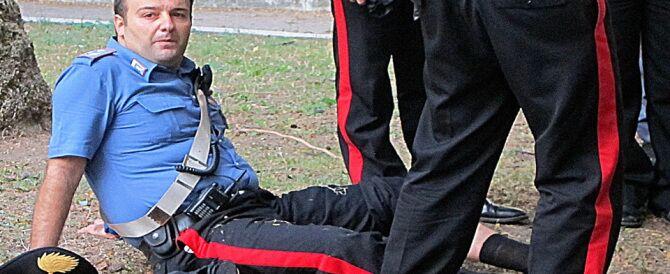 Terrore in caserma, fa irruzione nel comando e accoltella due Carabinieri