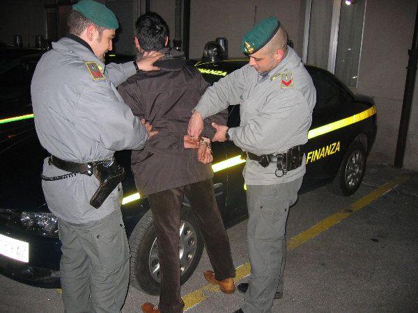 Blitz della Guardia di Finanza, sequestrate 6 tonnellate di sigarette. 4 in manette