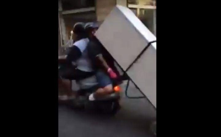 Napoli, frigorifero trasportato in scooter. Il video è virale sul web